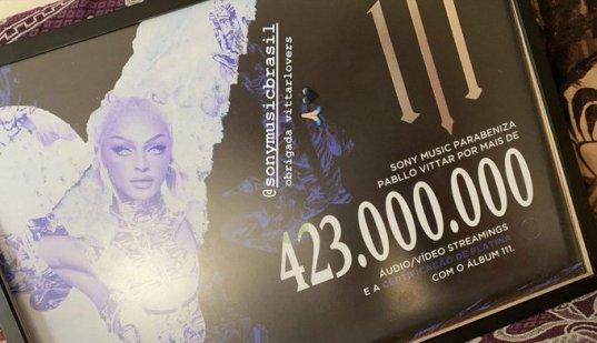 Placa com certificado de platina de Pabllo Vittar, divulgado pela gravadora Sony. A placa apresenta uma foto da cantora, ao lado do recorde de 423 milhões de streams.