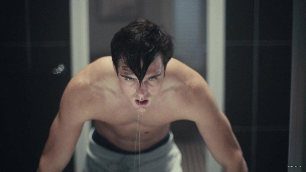 Na foto, Nate, personagem de Euphoria, está sem camisa e com os cabelos molhados, pingando, apoiando em algo que provavelmente é uma pia. Nesse momento é tocada Nate Growing Up, música da trilha sonora de Euphoria.