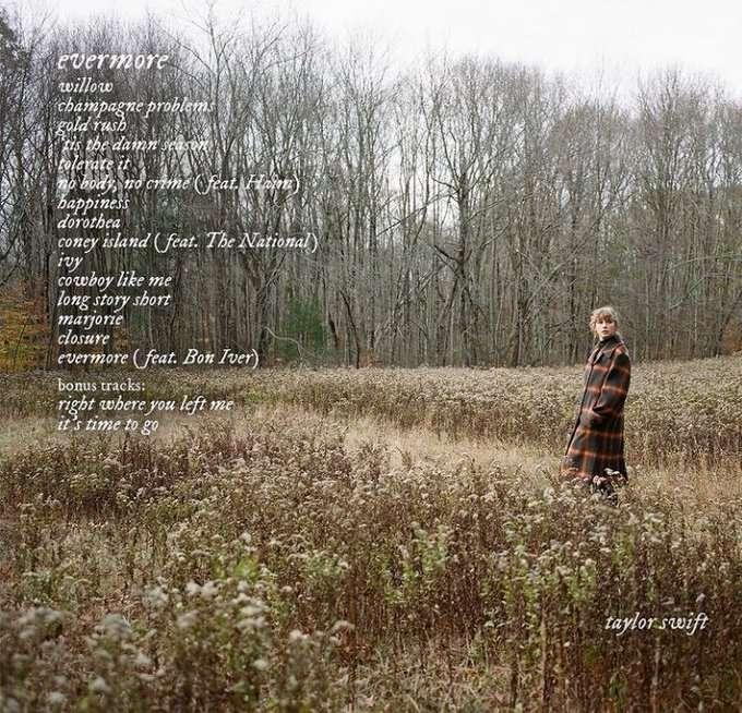 taylor swift em uma floresta imagem mostra a tracklist do álbum evermore com 17 faixas