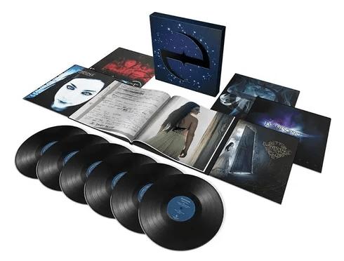 Foto que mostra todos os materiais do box The Ultimate Collection do Evanescence, grupo que canta Wasted On You, em um fundo branco