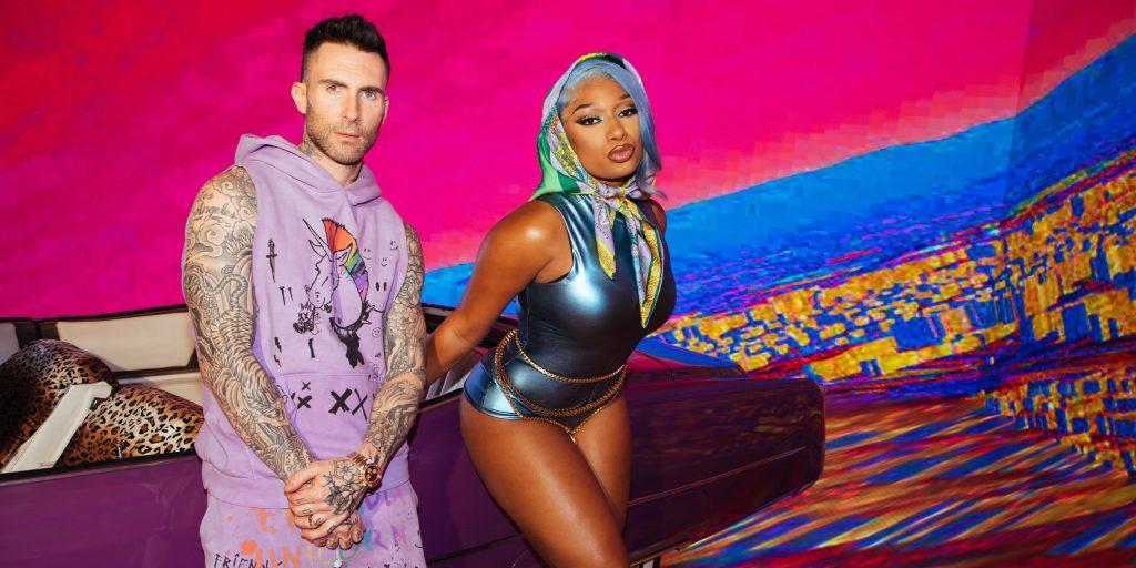 maroon 5 e megan stalion juntos em uma foto para o clipe de Beautiful Mistakes. Megan Stalion usa uma bandana na cabeça e um bodie azul Adam Levine uma camisa sem manga roxa e um relógio. Os dois estão encostados em um cadillac com decoração animal e atrás deles uma parede layout azul, amarelo e rosa