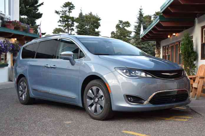 2017 Chrysler Pacifica Hybrid Review front view
