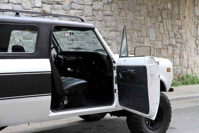 1976 INTERNATIONAL SCOUT TRAVELER door