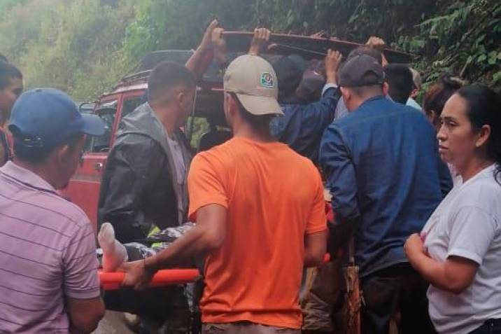 camión rodó por abismo y dejo varios heridos