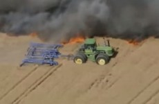 Des fermiers luttent contre une incendie en tracteurs