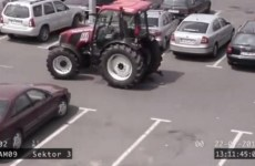 tracteur qui tente de se garer