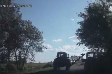 un agriculteur heurte son propre tracteur