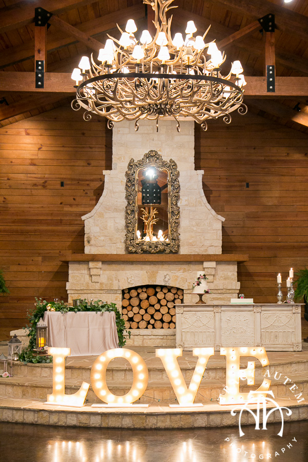 laura-and-david-wedding-details-classic-oaks-venue-wedding-reception-ideas-purple-tcu-flowers-justines-love-sign-rustic-tracy-autem-photography-0036