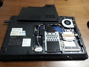裏蓋を開けたLenovoのノートPC