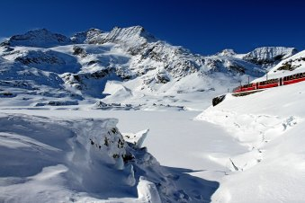 Bernina Express beim Lago Bianco im Winter