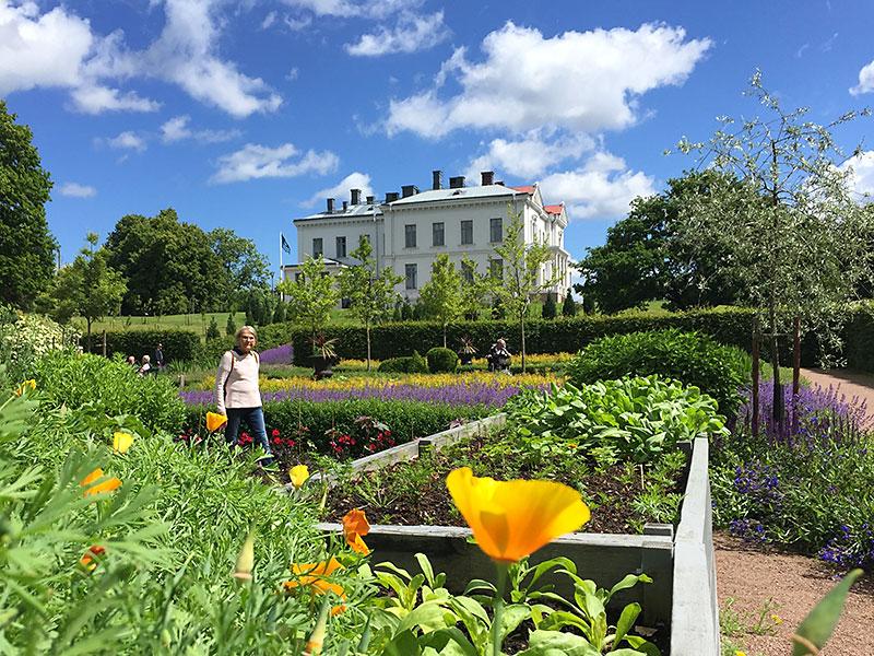 Köksträdgården med Jonsereds Herrgård i bakgrunden