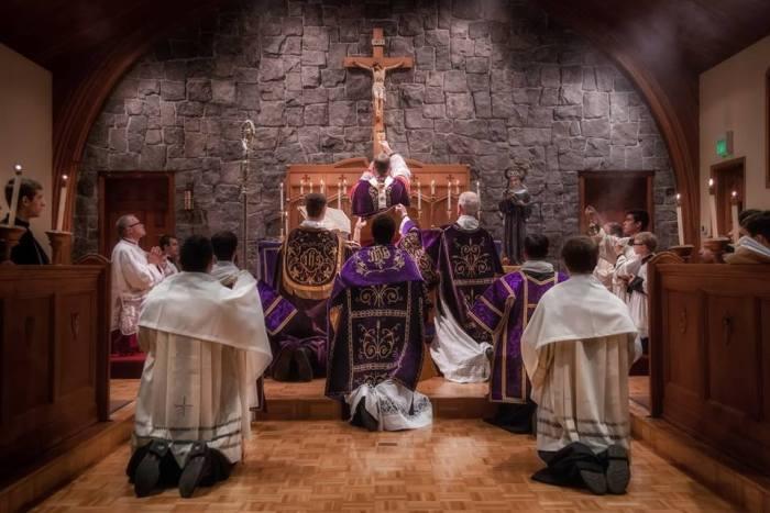 Pontifikalna (biskupska) svečana Misa po tradicionalnom rimskom obredu