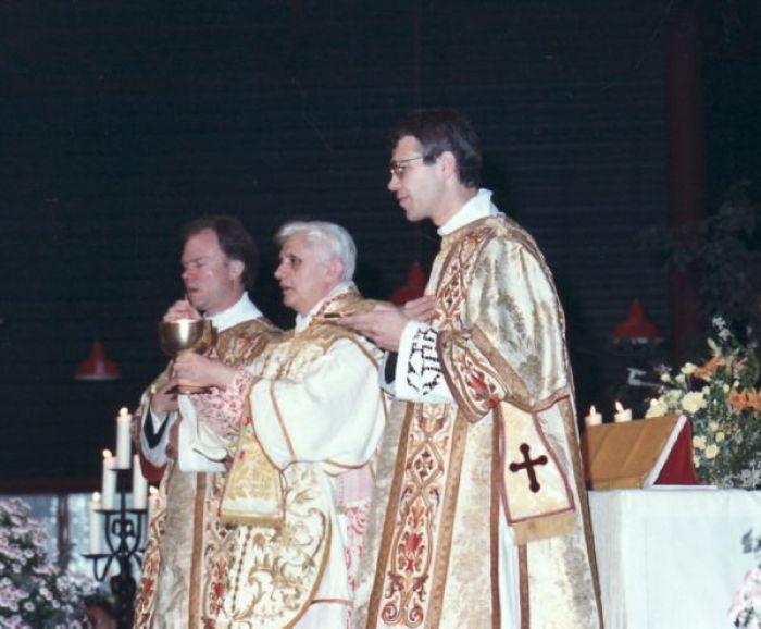 Kardinal Ratzinger slavi tradicionalnu Misu sa svećenicima Bratstva sv. Petra u Wigratzbadu.