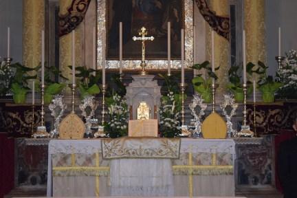 Oltar je pripravljen za svetu Misu. Na njemu je biskupovo misno ruho, gremijal i dvije mitre: preciosa i zlatna. Na sredini je otvorena liturgijska knjiga zvana Pontifikal.