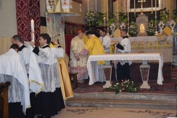 Ceremonijar donosi kazulu (misnicu), svećeničko ruho.