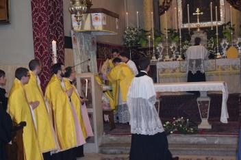 Đakon stavlja biskupu (dragocjenu) mitru - preciosu.