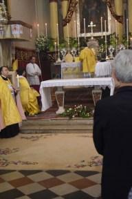 Đakon stavlja bursu na oltar, i razmata korporal.
