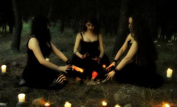 Brujas modernas lanzar un hechizo