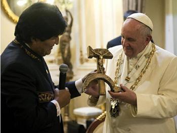 Francisco recibe una hoz y un martillo del líder boliviano