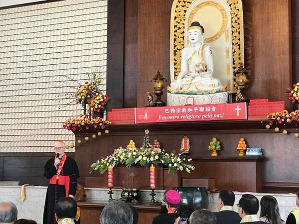 Estatua de Nuestra Señora Aparecida debajo de una estatua de Buda