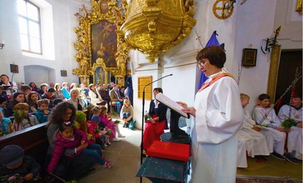 Sissy Kamptner dando un sermón en una iglesia austríaca