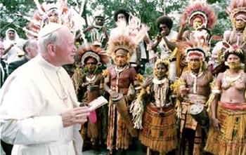 John PaUl II saluda a mujeres nativas desnudas