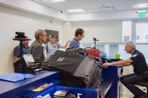 Oficiales de la estación de Inmigración, Aduanas y Patrulla Fronteriza del Gobierno de los Estados Unidos inspeccionan a pasajeros en las nuevas facilidades en el terminal de Airport Aviation Services (AAS) del Aeropuerto Internacional LMM.