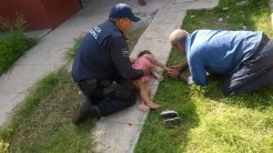 Policía realizando RCP