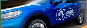 Skolebil med logo Mørk Trafikkskole