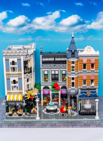 Lego Modular Building_Assembly Square_2