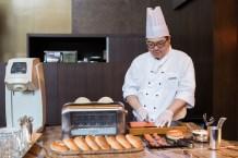師傅現場製作三文魚貝果包。