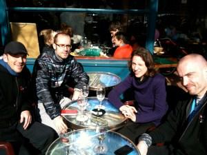 Des membres de la Runnosphère en terrasse après le semi de Paris