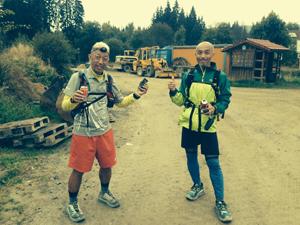 To japanske deltagere i Goldsteig hilser på Jakob Vestergaard
