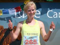 Katrine Willumsen giver Thumbs up i mål ved Dolomite Skyrace 2015. Hendes knæ bløder stærkt, men hun er glad.