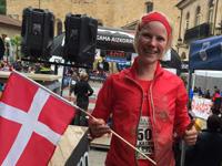 Katrine Willumsen med Dannebrog i mål efter Zegama Aizkorri, 2015