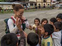 Kristina Schou Madsen hilser på børn