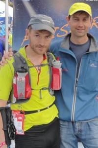 Simon Grimstrup og hans hjælper Bo Visti Nielsen på målstregen ved UTMB. Foto: Privat