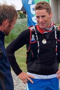 Thomas Skov i mål med sin medalje fra Thy Ultra Trail