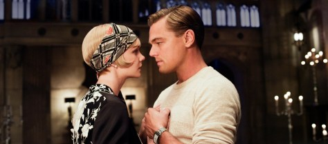Carey Mulligan als Daisy en Leonardo DiCaprio als Jay Gatsby aan een boom in The Great Gatsby