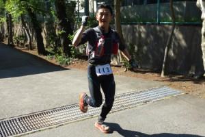 優勝した2013年のUTMFで終盤の富士小学校のエイドにトップでやってきた原良和さん。シューズはHOKA One One / Bondi Speed。Photo by Koichi Iwasa / DogsorCaravan.com