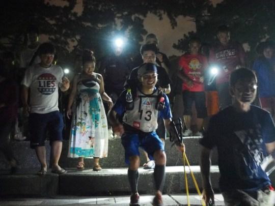 日曜の深夜となっても多くの観客がランナーのフィニッシュを迎えた。Photo by Koichi Iwasa of DogsorCaravan.com