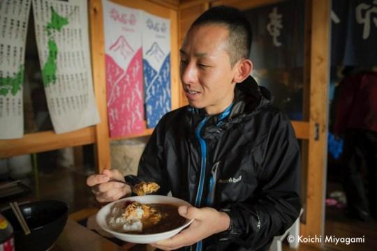 8月14日午前に荒川小屋に到着した阪田啓一郎。カレーでエネルギーを補給。Photo by Koichi Miyagami