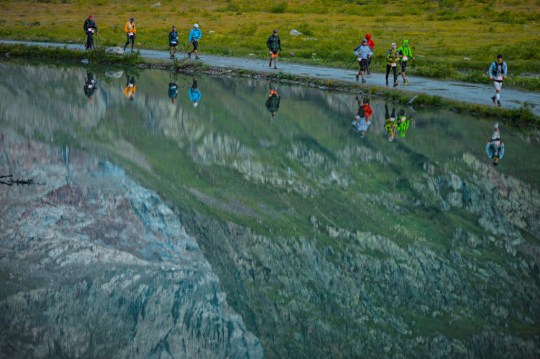 澄んだ朝の空気が満ちたLac Combalを進むランナー。Photo courtesy of © The North Face® Ultra-Trail du Mont-Blanc® - Pascal Tournaire