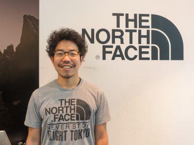 THE NORTH FACE FLIGHT TOKYO店長の鵜野貴行さん。FLIGHT TOKYOには2013年のオープン以来勤務。2013年にSTY、2014年にUTMFを完走。最近は200マイルのレースに挑戦しようと考えている。トレードマークのまんまるのパーマヘアとヒゲは「結構マメに手入れしてます」とのこと。