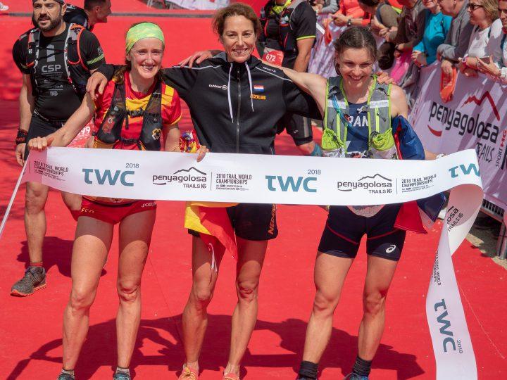 女子トップ3、左から2位のカニェス、優勝のデバッツ、3位のモーゲ。