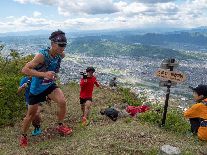 虚空蔵山にトップで到着した上田瑠偉。