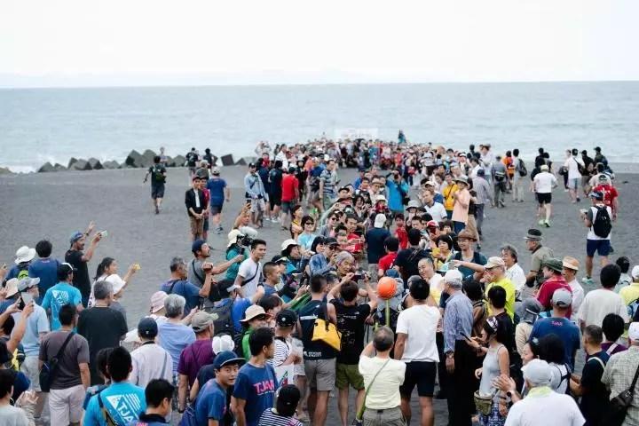 地元・静岡市の英雄の帰還を迎えようと多くの人が大浜海岸に。Photo by © 小関信平 Shimpei Koseki