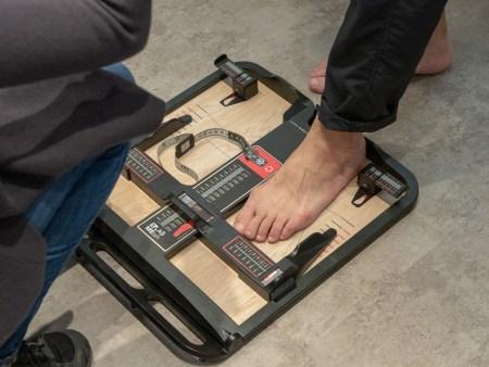 足のサイズは足幅や甲の周囲の長さなどを細かく計測(この足は丹羽さんの足ではありません)