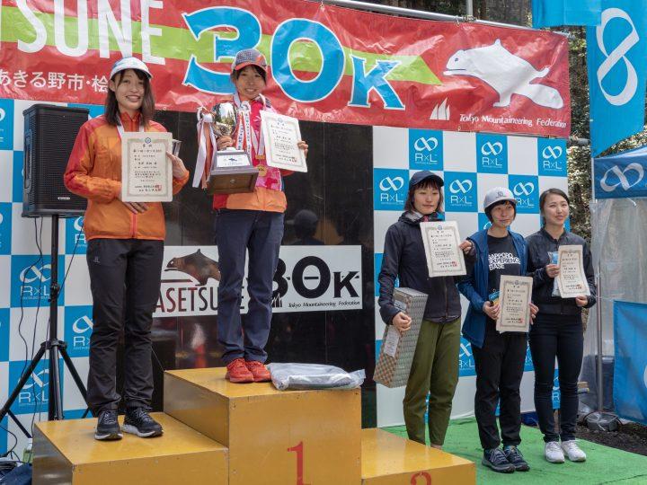 女子の表彰式。左から2位の黒澤莉楠、優勝の髙村貴子、4位の久津間紗希、5位の安ヶ平萌子、6位の中園真理亜。3位の岩村聖華は欠席。