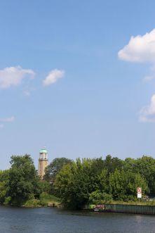 Da lugt er durch, der Rathhausturm.